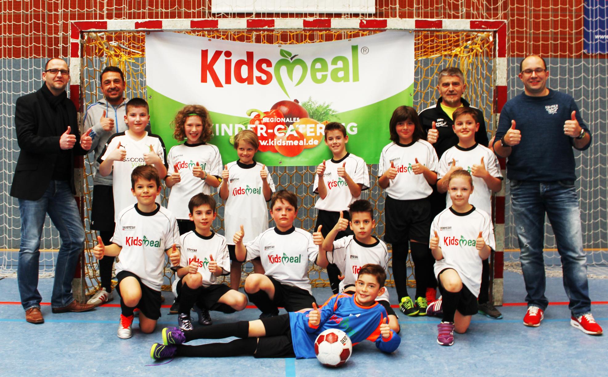 Kidsmeal übergibt Gewinnertrikots der SoccaDuell-Meisterschaft Wiesloch!